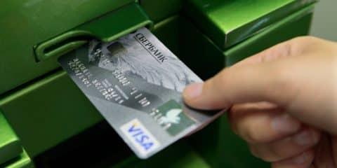 Лайфхак, как вставлять карту в банкомат Сбербанка — просто и понятно